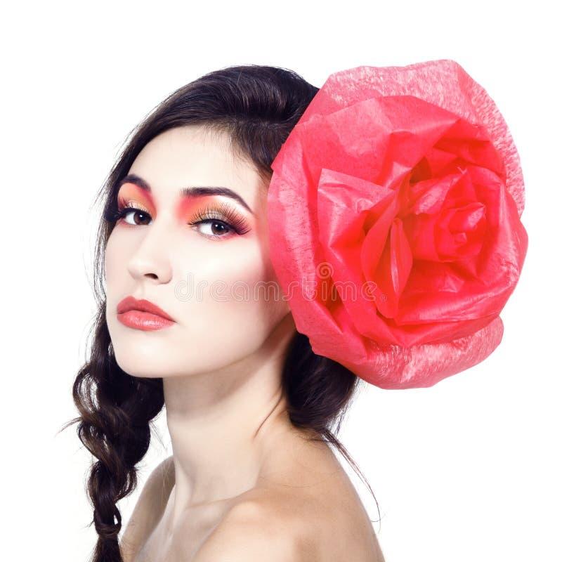 Portrait de vintage de fille de charme de mode avec la fleur rouge dans elle photos stock