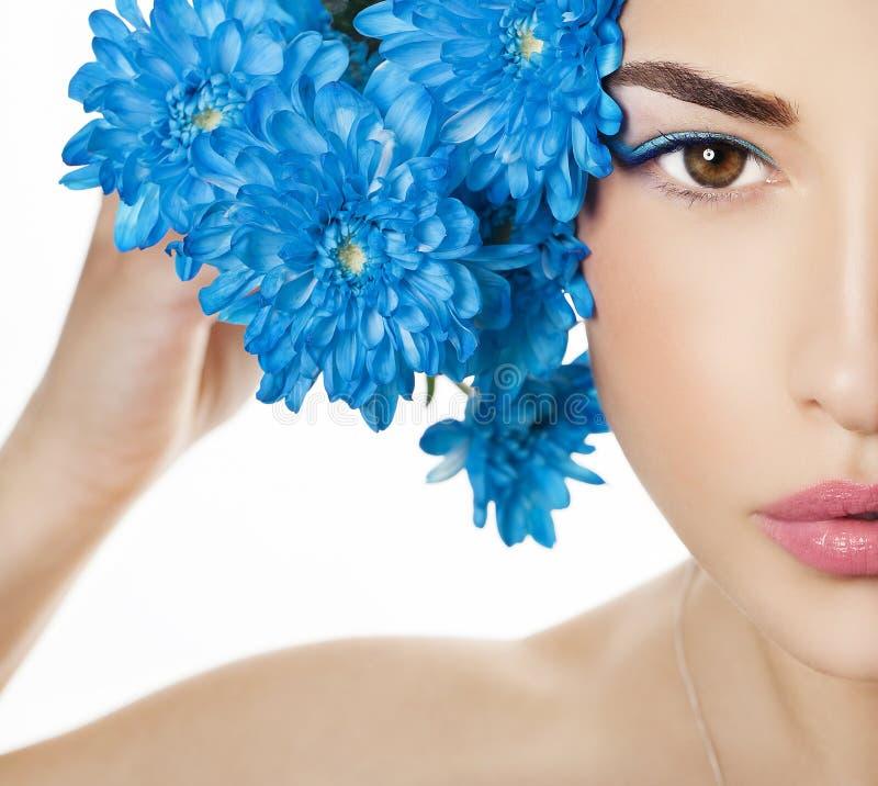 Portrait de visage de beauté avec les fleurs bleues photographie stock libre de droits