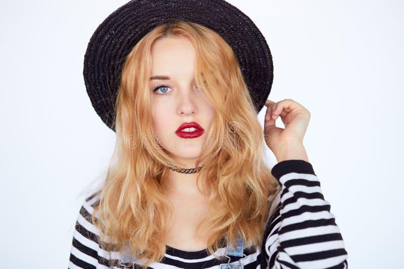 Portrait de visage de plan rapproché de fille blonde adolescente dans le studio images stock