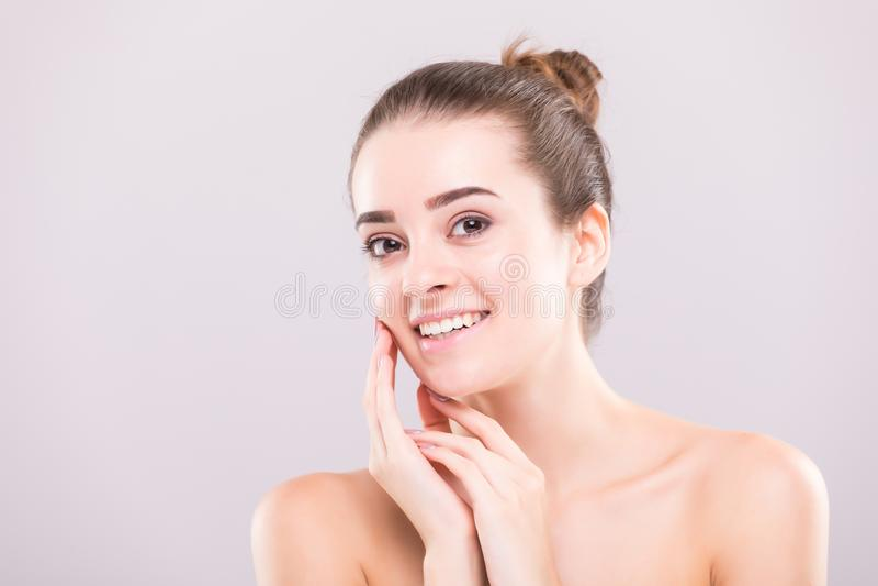 Portrait de visage de femme de beauté Belle fille de modèle de station thermale avec la peau propre fraîche parfaite Appareil-pho photographie stock libre de droits