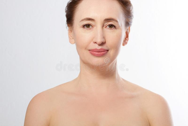 Portrait de visage de femme de Moyen Âge de beauté Station thermale et concept anti-vieillissement d'isolement sur le fond blanc  image stock