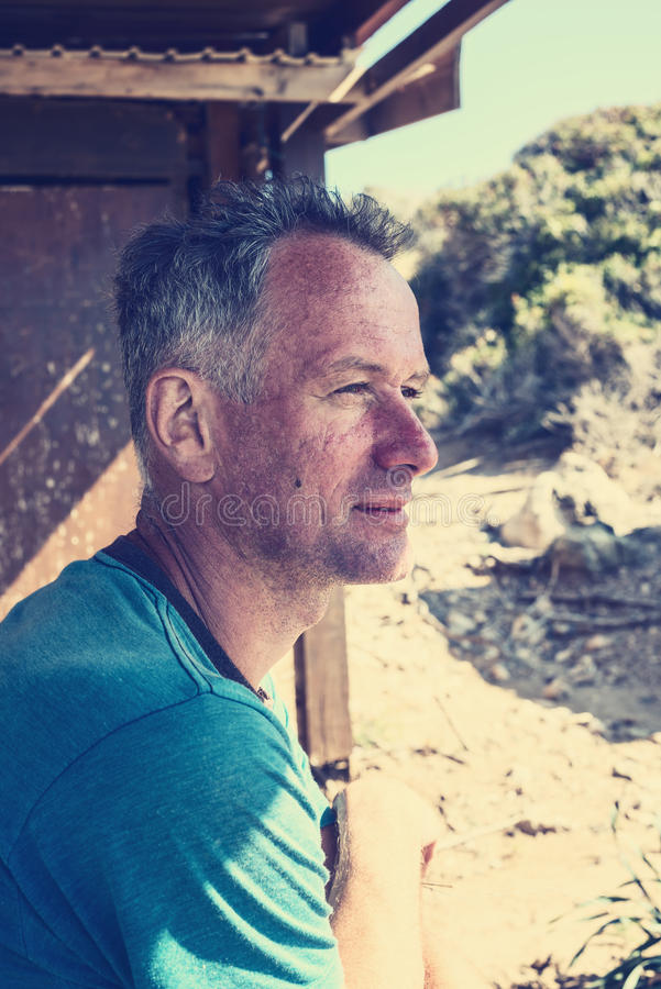 Portrait de voyageur bronzé d'homme photo stock