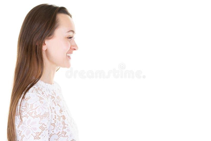 Portrait de vue de côté de belle jeune femme dans le T-shirt blanc de mode d'isolement sur le fond blanc photos libres de droits