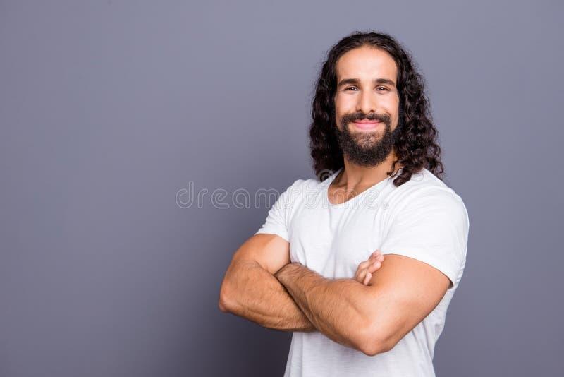 Portrait de vue de côté de profil à lui il gentil type aux cheveux ondulés gai fort folâtre attirant bien-toiletté a plié des bra image libre de droits