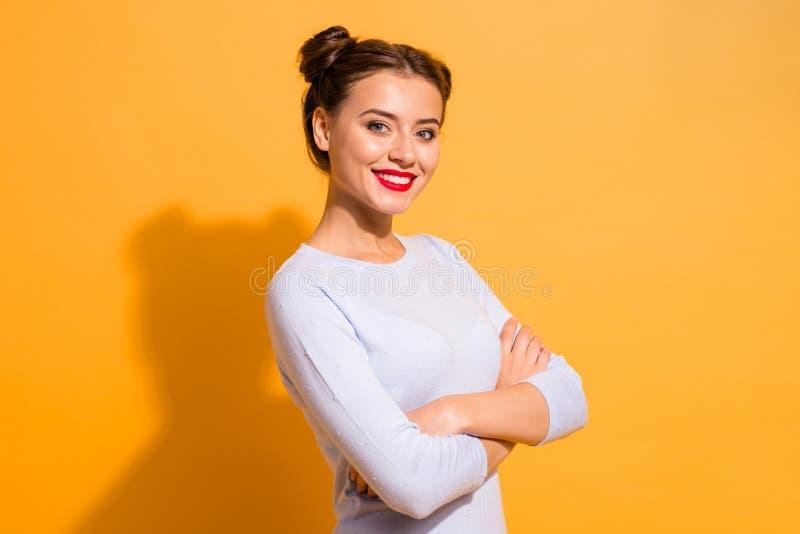 Portrait de vue de côté de profil de elle elle fille gaie gaie de beau contenu séduisant fascinant attrayant joli photo libre de droits