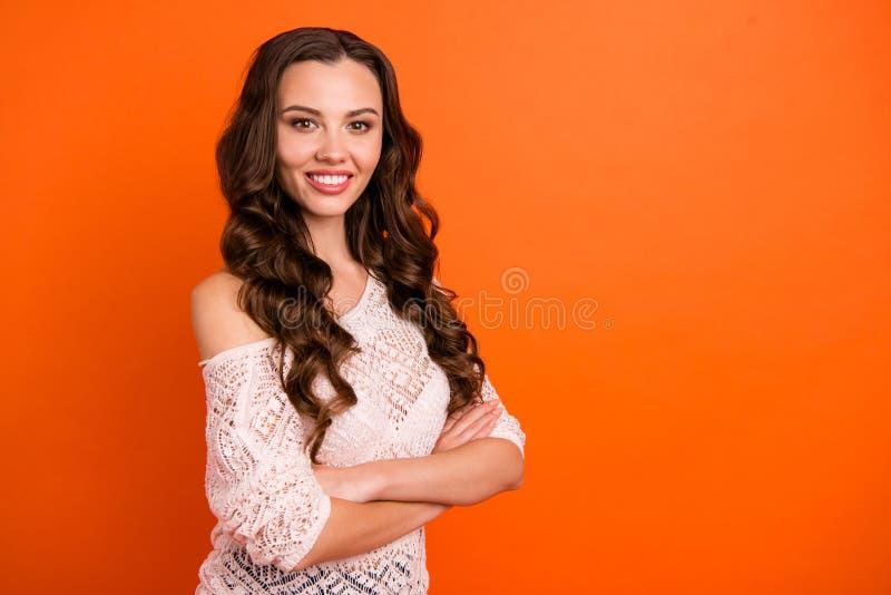 Portrait de vue de côté de profil de gentille belle dame aux cheveux ondulés gaie assez gaie toilettée séduisante magnifique images stock