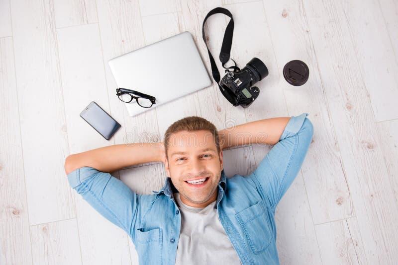 Portrait de vue supérieure d'homme blond, gai, mignon, souriant dans des jeans image libre de droits