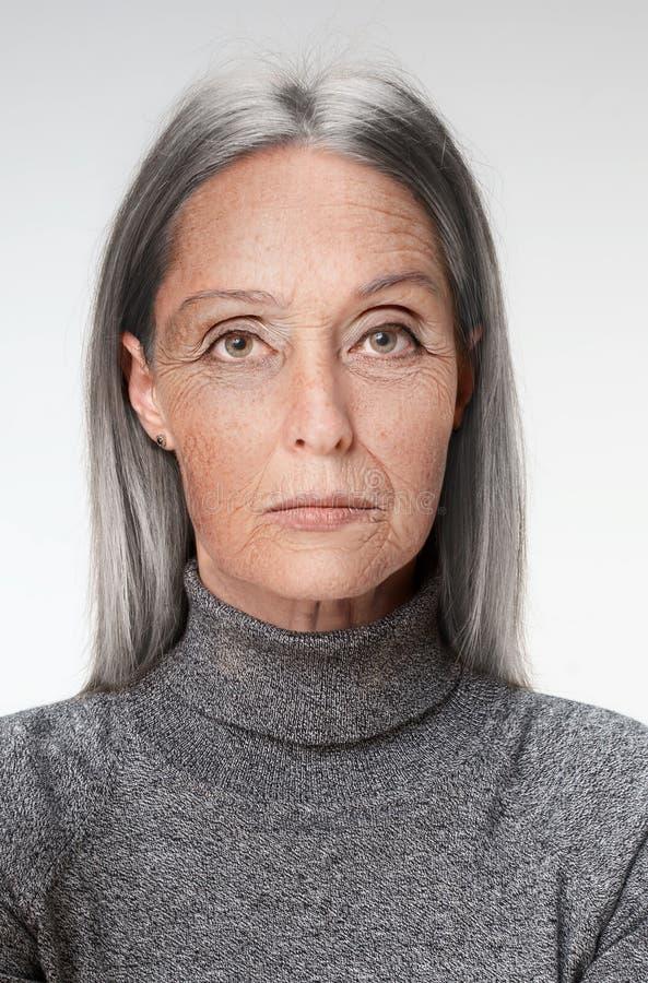 Portrait der älteren Frau stockfotografie