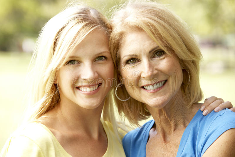 Portrait der älteren Frau mit erwachsener Tochter lizenzfreie stockfotografie