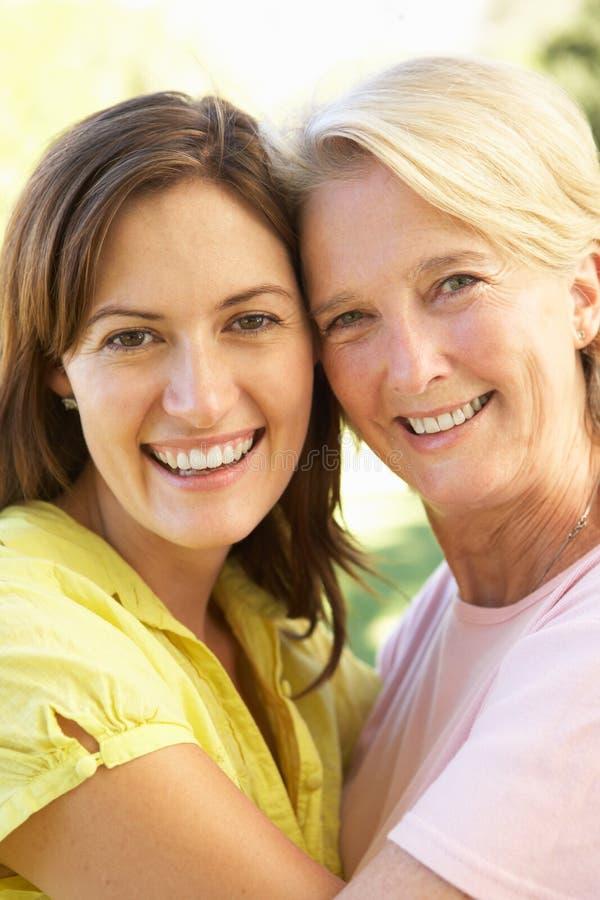 Portrait der älteren Frau mit erwachsener Tochter stockbild