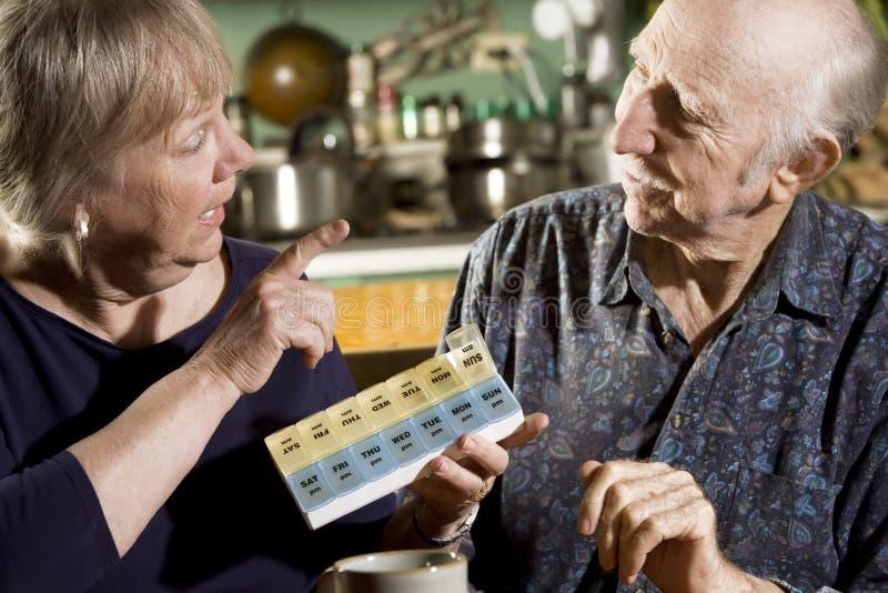 Portrait der älteren Paare mit Pille-Kasten lizenzfreies stockbild