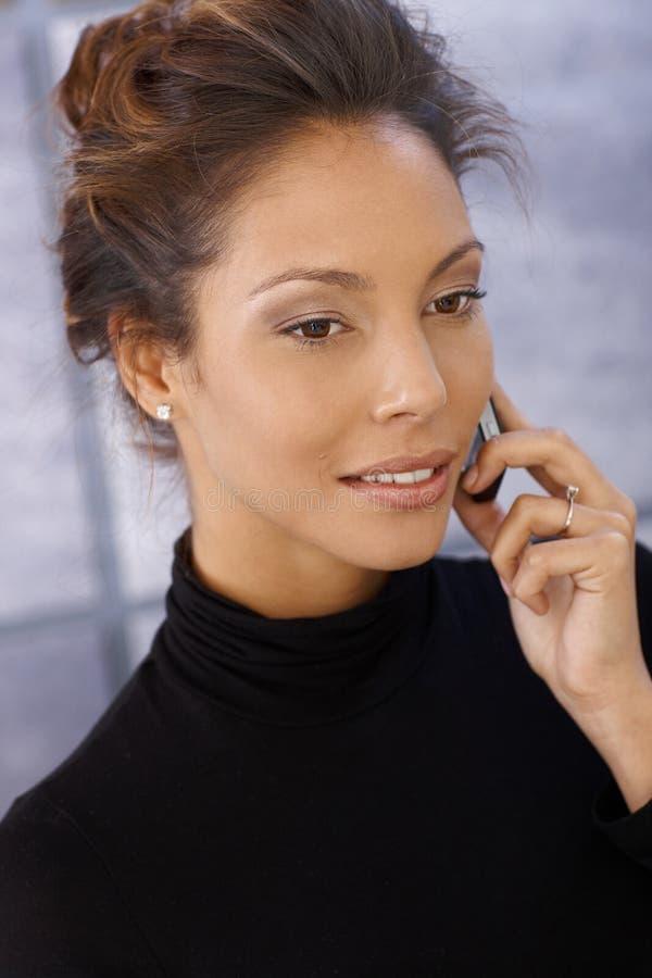 Portrait der afroen-amerikanisch Geschäftsfrau auf Mobile stockfotografie