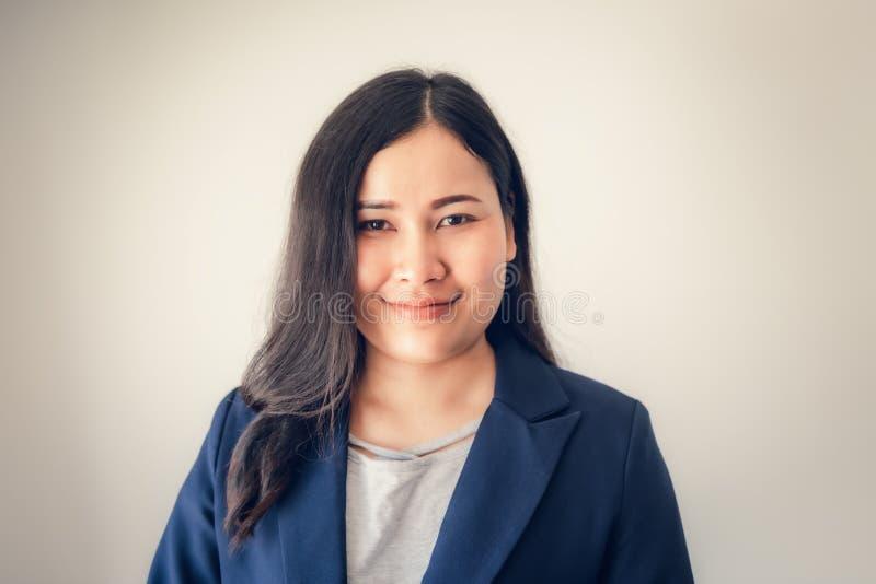Portrait der asiatischen Geschäftsfrau, die vor isoliertem Hintergrund steht, attraktiv für Geschäftsfrauen mit wenig Lächeln lizenzfreies stockfoto