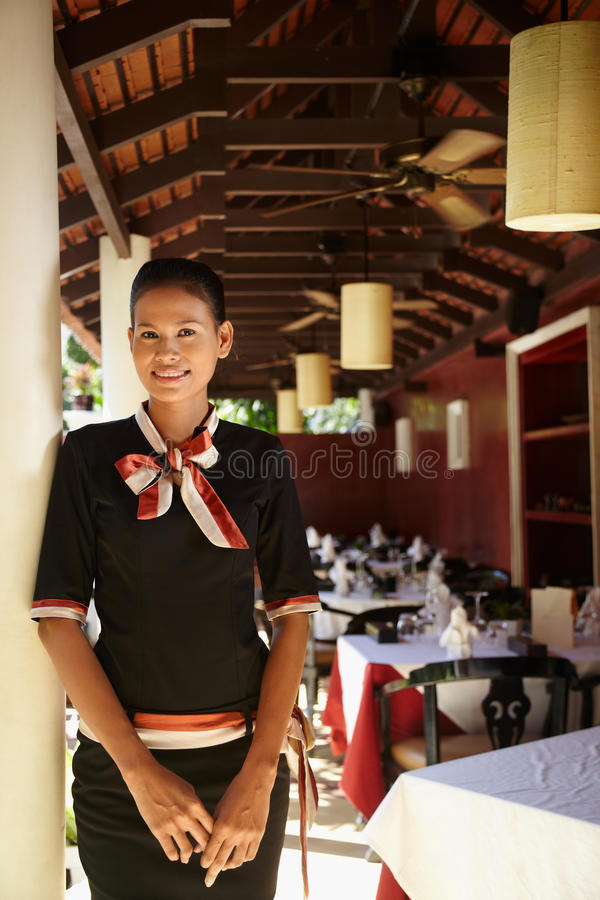 Portrait der asiatischen Kellnerin arbeitend in der Gaststätte lizenzfreies stockbild