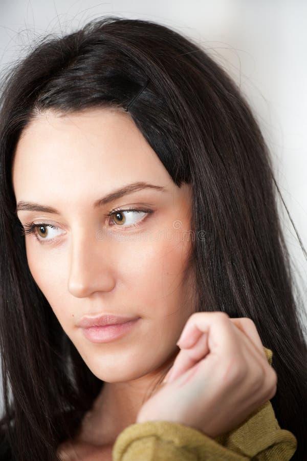 Portrait der attraktiven Brunettefrau stockbild