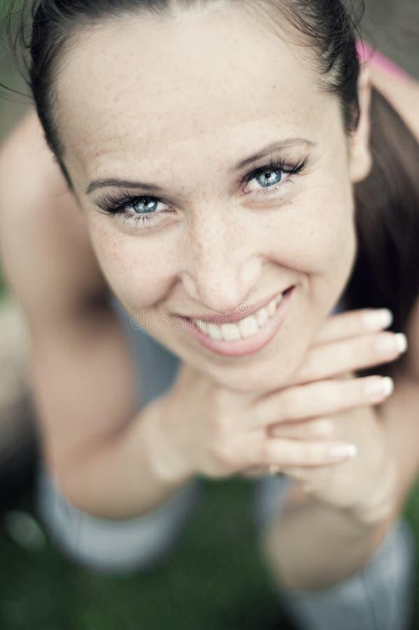 Portrait der attraktiven Frau stockfotografie