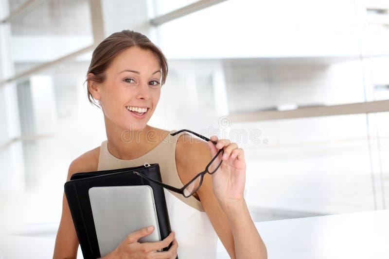 Portrait der attraktiven Geschäftsfrau lizenzfreies stockfoto