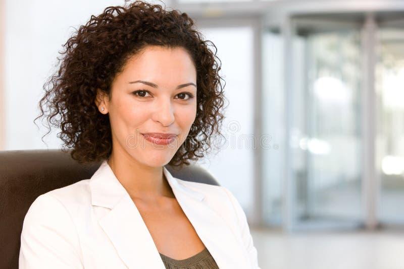 Portrait der attraktiven Geschäftsfrau lizenzfreies stockbild