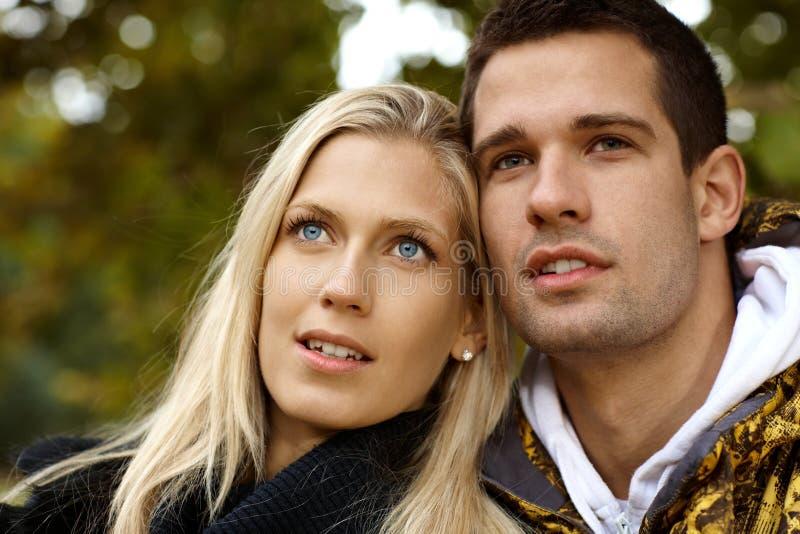 Portrait der attraktiven jungen Paare stockfotografie