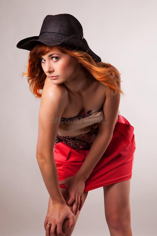 Portrait der attraktiven roten behaarten jungen Frau stockfotografie