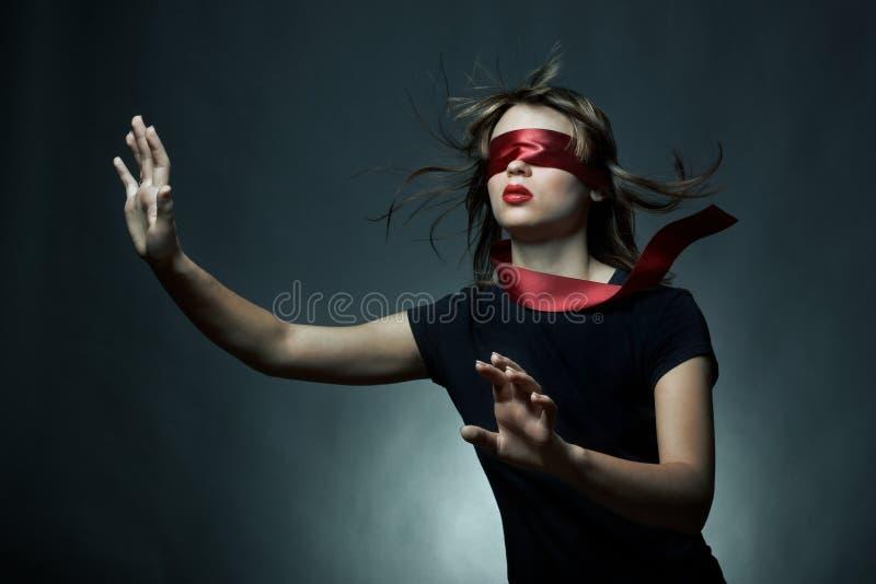 Portrait der Augenbinde der jungen Frau stockfotos