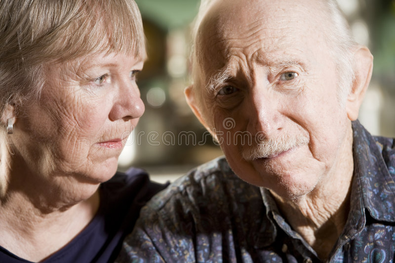 Portrait der besorgten älteren Paare stockbilder
