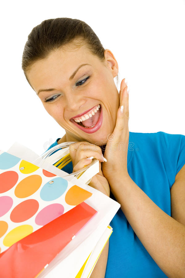 Portrait der Beutel eines Holding-Einkaufens der jungen Frau stockbilder