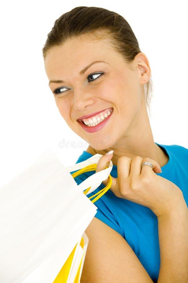 Portrait der Beutel eines Holding-Einkaufens der jungen Frau lizenzfreies stockbild