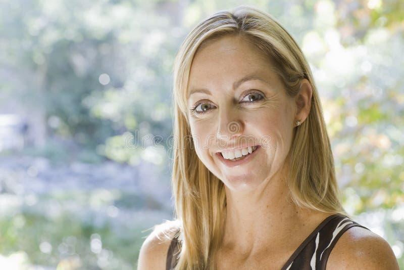 Portrait der blonden Frau stockbild