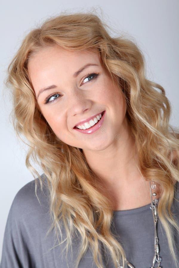 Portrait der blonden Frau mit dem lockigen Haar lizenzfreie stockfotos