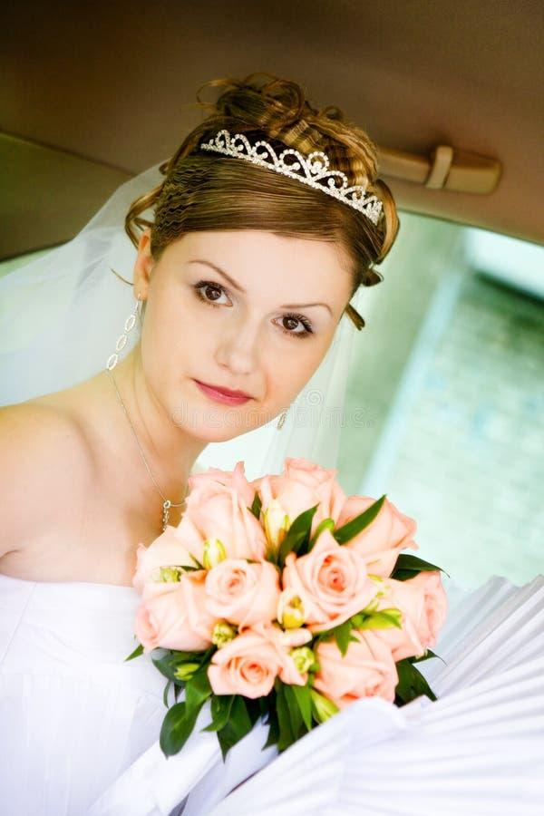 Portrait der Braut im Hochzeitsauto stockfotografie