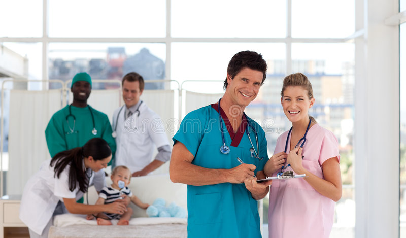 Portrait der Doktoren in einem Krankenhaus, das glücklich schaut lizenzfreies stockfoto