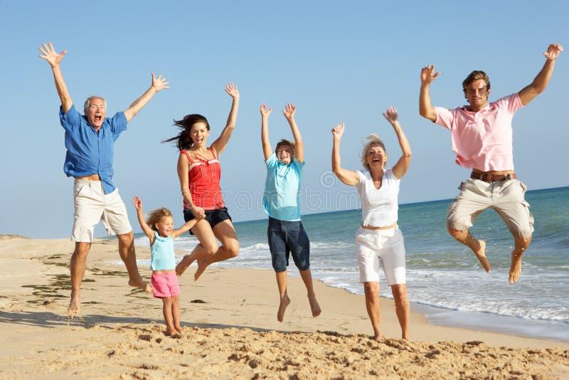Portrait der drei Erzeugungs-Familie auf Strand stockfotos
