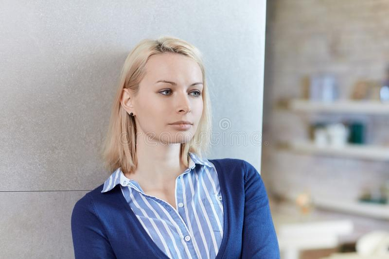 Portrait der durchdachten jungen Frau stockbild