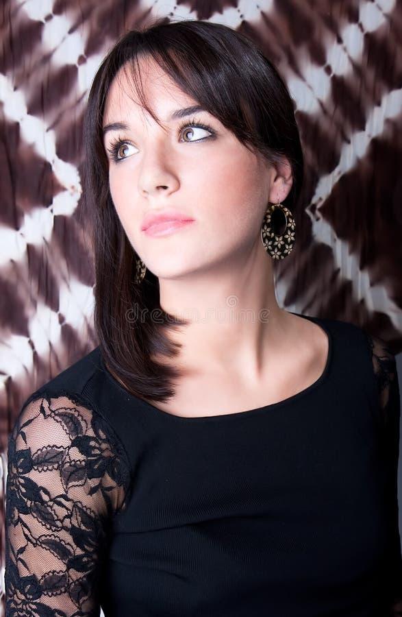 Portrait der eleganten Frau mit Ohrring lizenzfreies stockfoto
