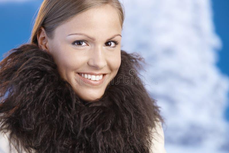 Portrait der eleganten jungen Frau, die Winter genießt stockfotos