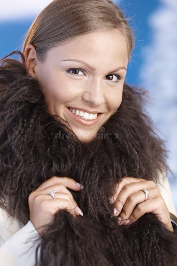 Portrait der eleganten jungen Frau, die Winter genießt stockbilder