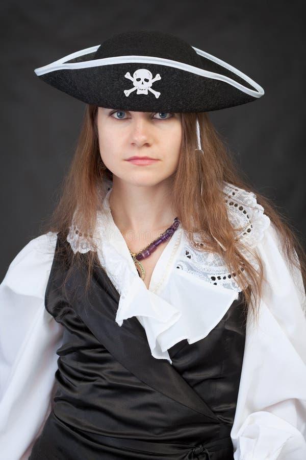 Portrait der ernsten Piratenfrau im Hut stockfotografie