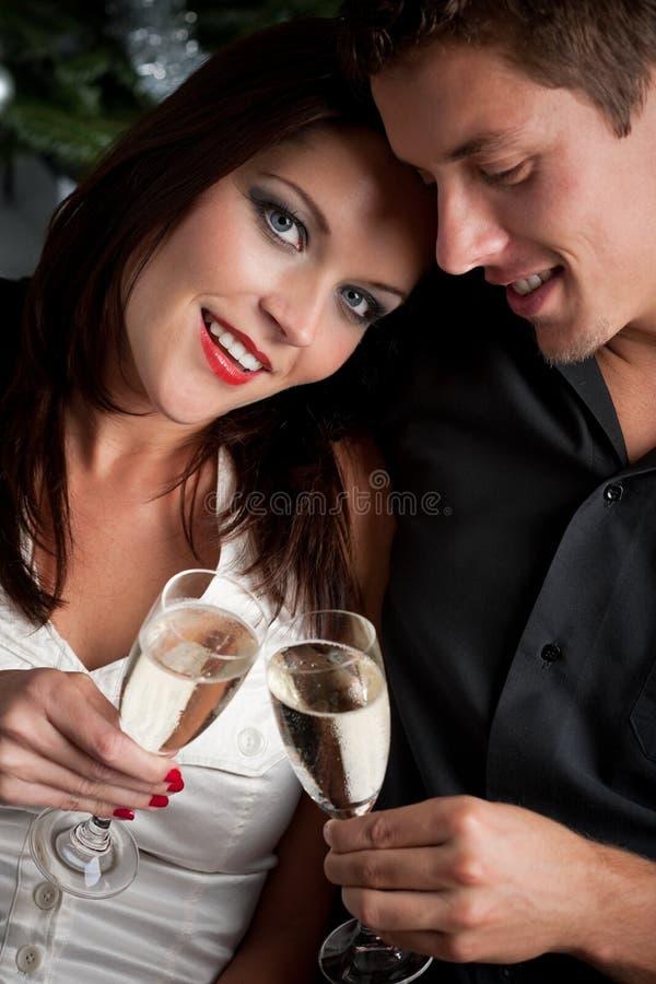 Portrait der extravaganten Paare mit Champagner lizenzfreie stockbilder