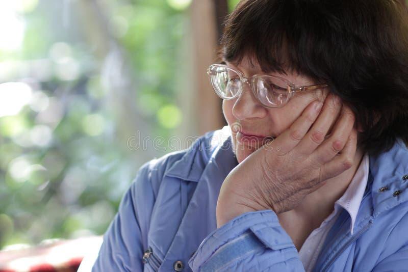 Portrait der fälligen Frau lizenzfreie stockbilder