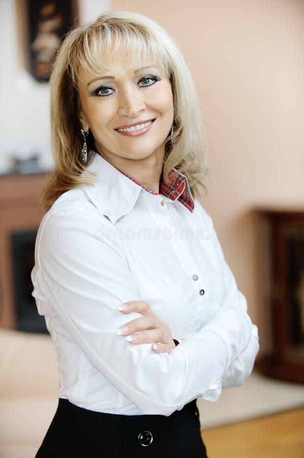 Portrait der fälligen Frau stockfotografie