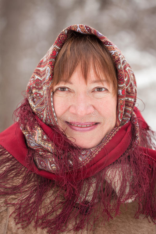 Portrait der fälligen Frau im babushka stockfoto