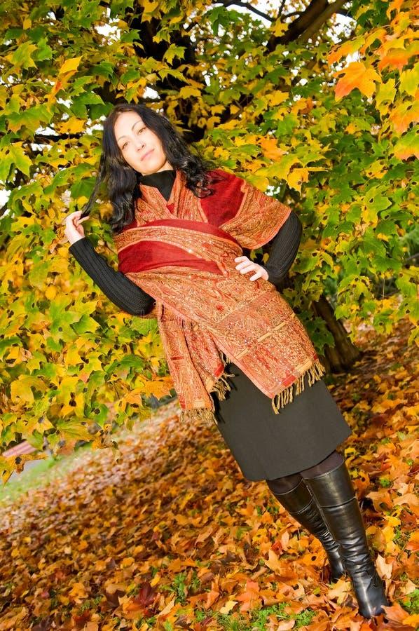 Portrait der fälligen Frau im Herbstwald lizenzfreie stockbilder
