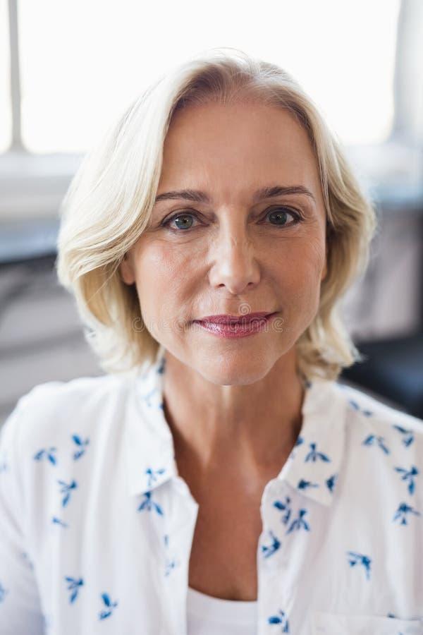 Portrait der fälligen Geschäftsfrau lizenzfreie stockfotos