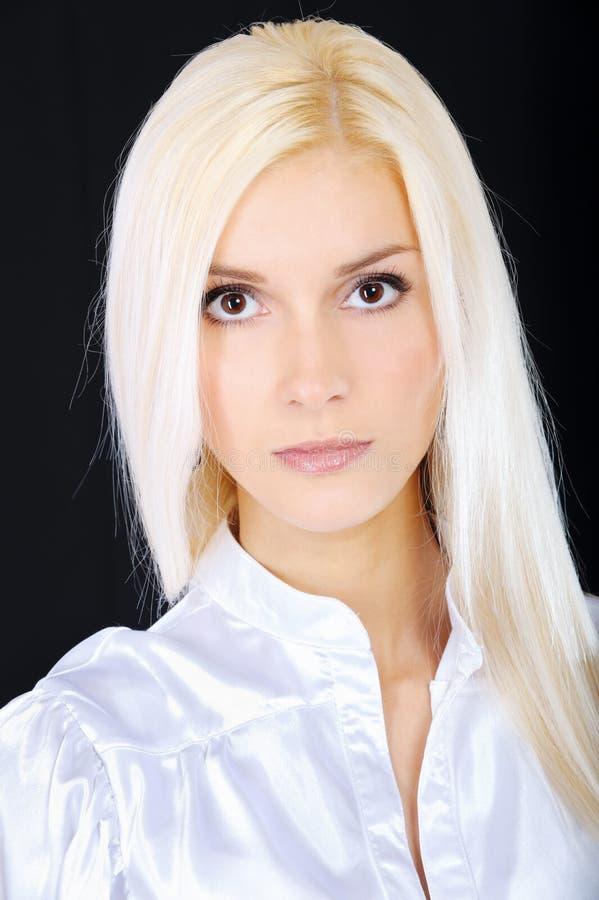 Portrait der fair-haired jungen Frau stockbild