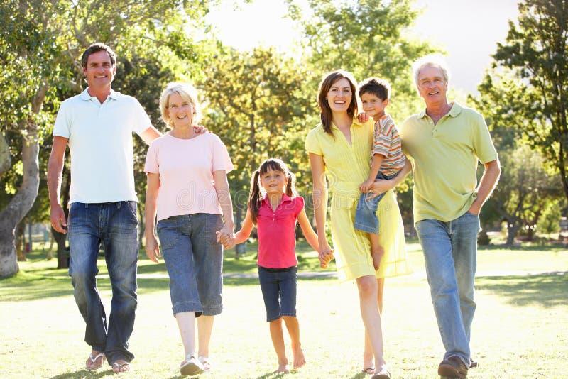 Portrait der Familie Weg im Park genießend stockfoto