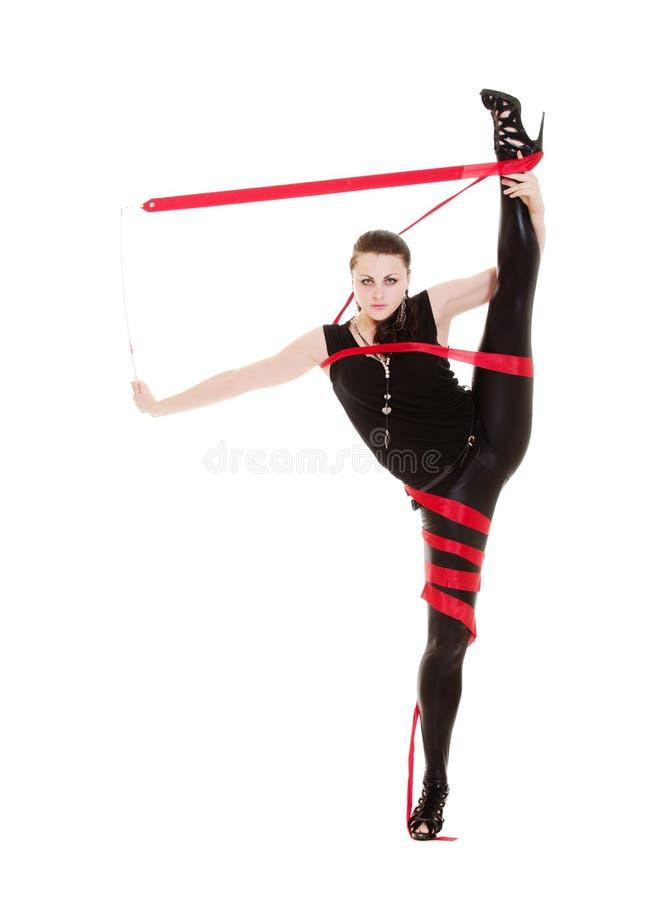 Portrait der flexiblen Frau mit rotem Farbband stockbilder