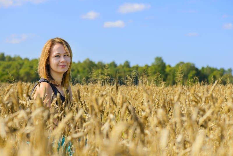 Portrait der Frau auf dem Gebiet stockbilder