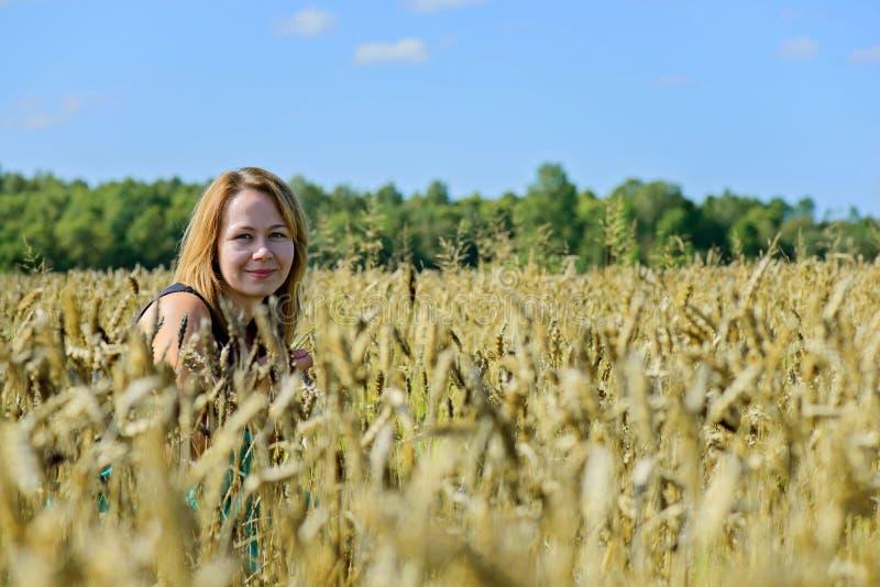Portrait der Frau auf dem Gebiet lizenzfreie stockfotos