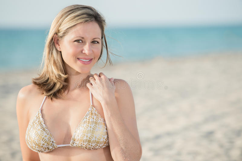 Portrait der Frau im Strand mit Raum für Exemplar. lizenzfreies stockfoto